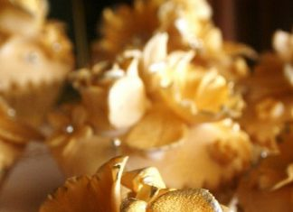 Pretty Golden Roses Cupcakes