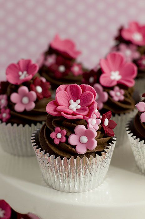 Charming Pink Flowers Cupcakes