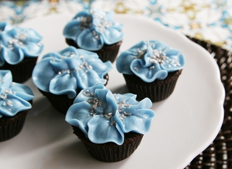 Sophisticated Blue Flower Cupcakes